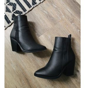 Elastic panel pointed black boots